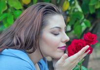 Femme sentant une rose Flora