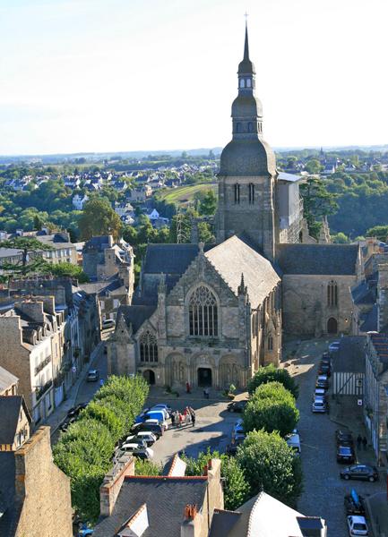 Dinan Place Saint Sauveur Vue du Beffroi